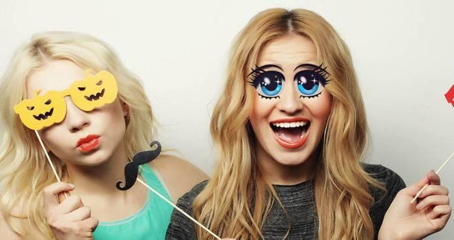 Девушка с маской Инстаграм большие глаза
