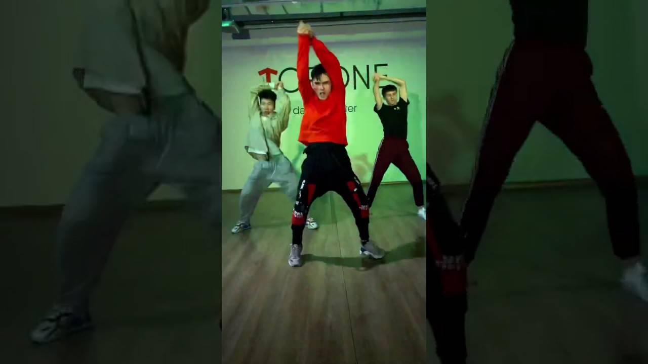 Популярные танцы ногами и руками с тик тока