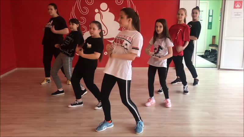 Танец руками в тик ток: обучение трендовым движениям